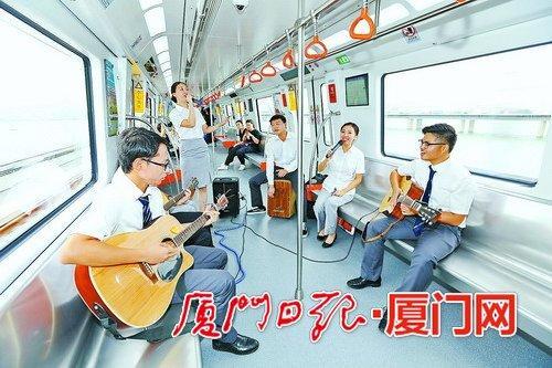 地铁1号线体验式运行期间,快闪活动将在车厢里进行。(本组图/报记者王协云 黄少毅 摄)