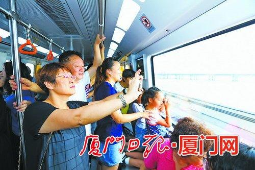 地铁1号线海景车程让市民争相拍照。(厦门日报记者 王协云 摄)
