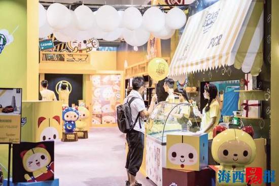 夏萌猫在旅游聚集区推出多款文创食品系列产品。