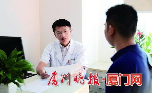 -半马参赛者进行心脏体检后,医生为他耐心解读体检报告。