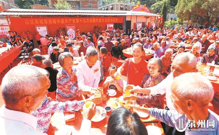 老人们围坐一起,乐享孝心宴。