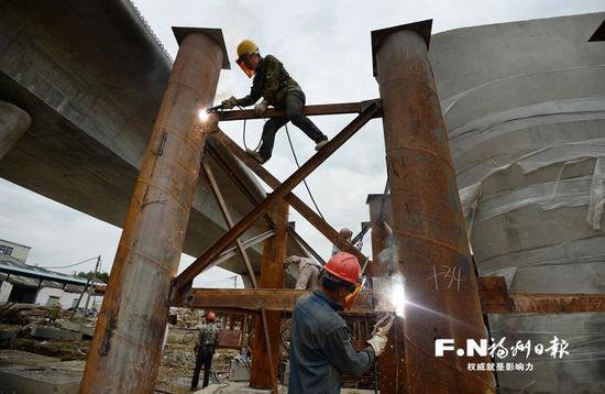 工人在环岛路纵二高架桥上施工。