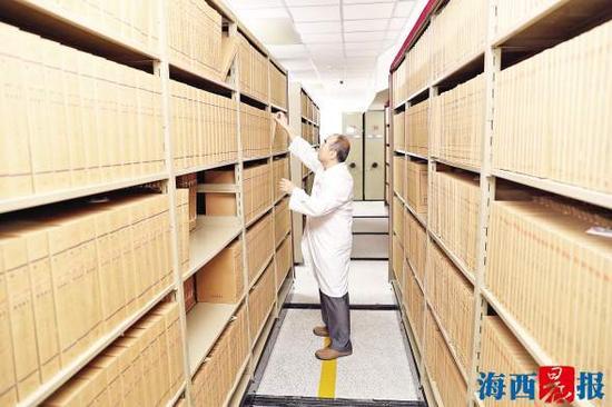 工作人员在档案室查阅资料