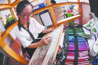 众创空间为刘敏娥提供了安静舒适的创作环境。
