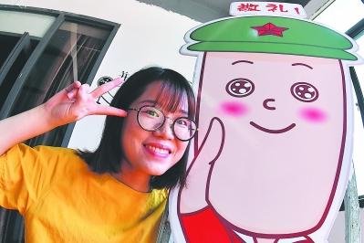 热爱动漫的创业者陈小娟和自己设计的团委卡通形象团小笏。