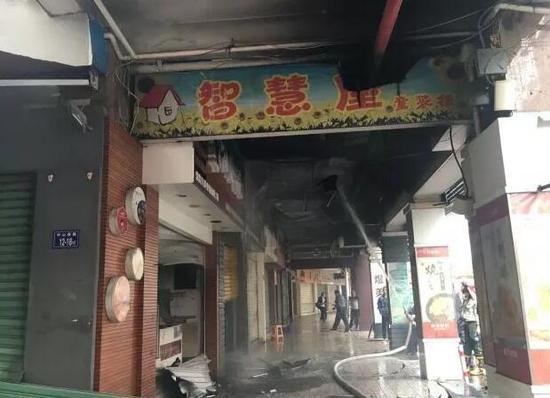 ▲消防人员破门而入及时将火熄灭