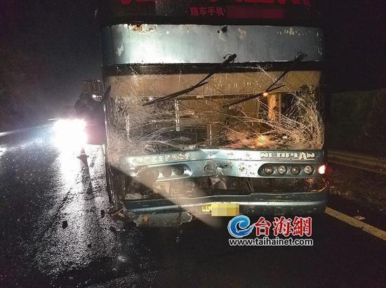 ▲事故现场,客车损毁严重