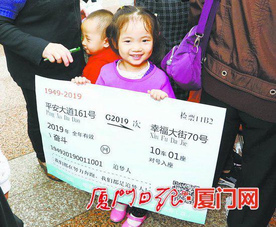 小女孩手举平安宣传创意海报。