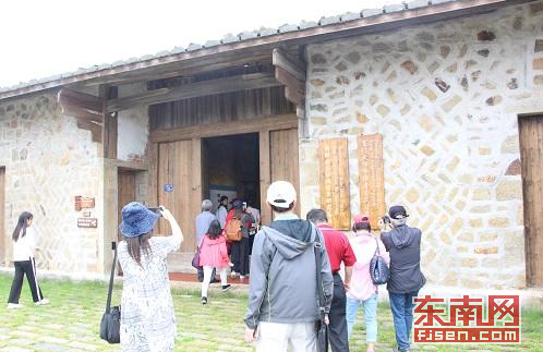 采访团一行参观国际南岛语族考古研究基地(东南网记者 卢金福 摄)