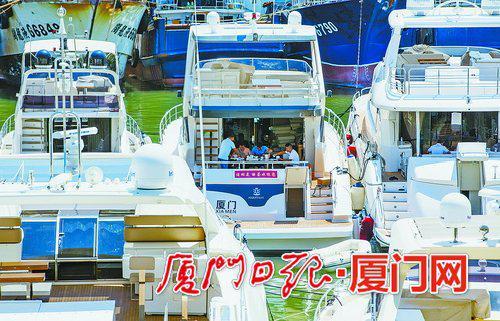 在港口避风的游艇工作人员正在船上用餐。(厦门日报社全媒体记者 张奇辉 摄)