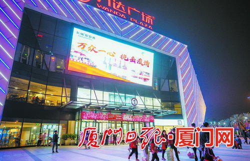 周末夜晚的万达广场灯火通明,市民携家带口来逛街购物,商圈逐渐恢复往日生机。