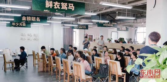 一个大班有20多名参加美术高考的学生