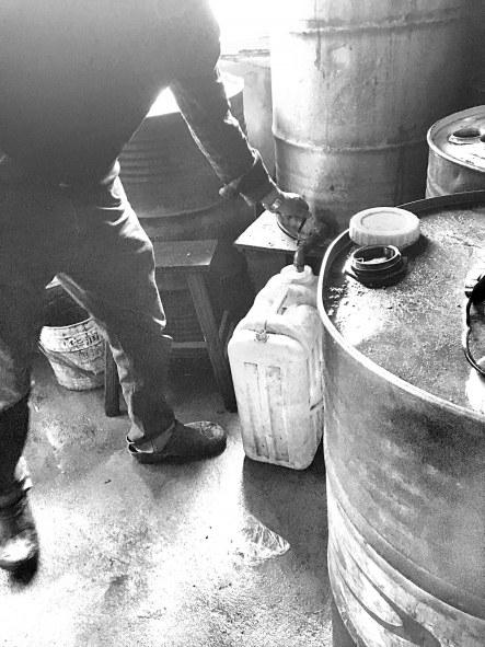 """闽侯一""""黑油站""""储油点离厨房仅5米 伪装成加水点美国超市最恐怖的照片"""