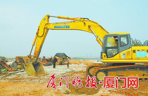 ■溪东路正在进行道路施工。  刘东华 摄