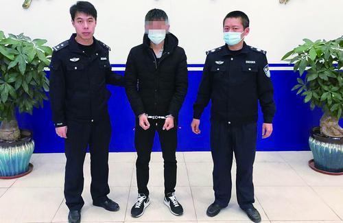 ■涉嫌敲诈的钟某被抓获。