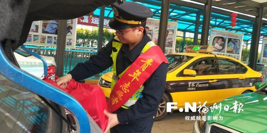 北站所交通执法人员为乘客搬运行李。