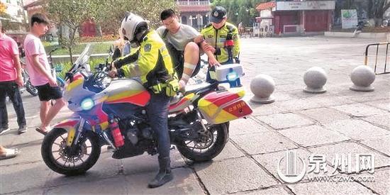交警护送行动不便的考生