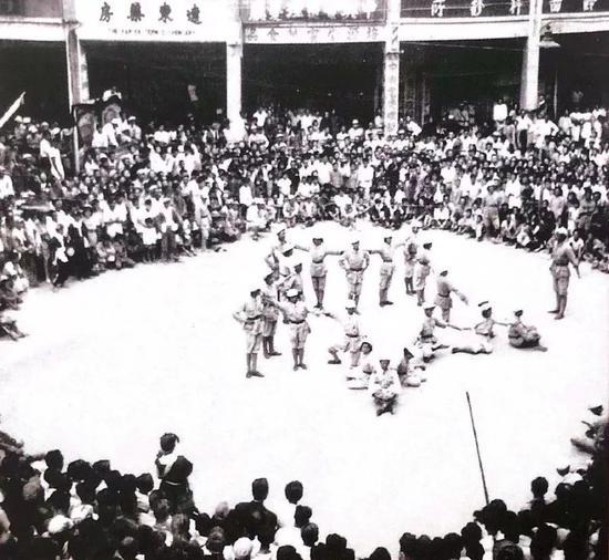 解放军与市民在街头庆祝厦门解放(来源:厦门市档案馆)