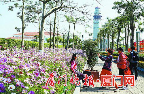 ■灯塔公园四季花开,吸引不少市民观赏、休闲。 刘东华 摄
