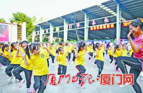 我市幼儿园进行集体啦啦操练习。
