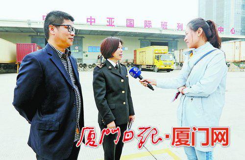 ▲厦门海关关员和班列负责人向记者介绍班列运行情况。