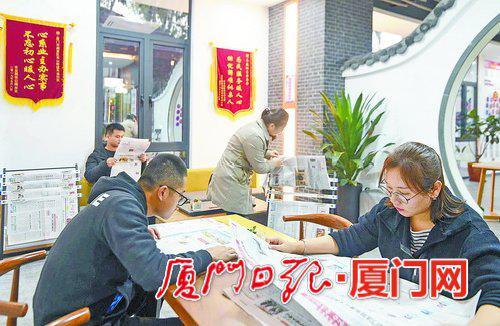青年团员正在读报学习。(本报记者 林铭鸿 摄)