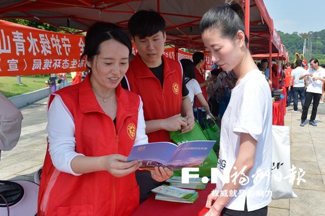 工作人员向市民宣传大气污染防控知识。