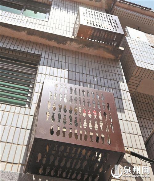 空调外机罩上体现了金鱼巷独具文化特色的金鱼图腾(庄丽祥 摄)