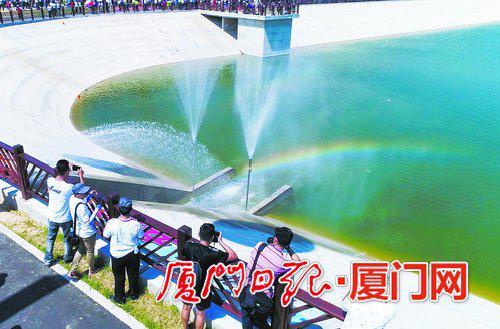 在金门通水现场,一道绚丽彩虹飞架出水口。(李俊龙 摄)