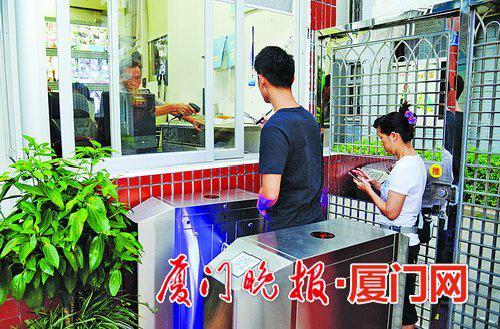 -市民进出校园须刷个人身份证。刘东华摄