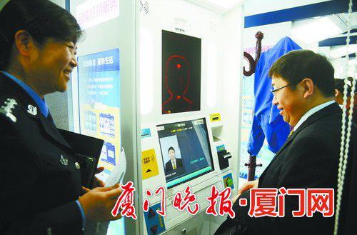 ■申办人员自助照相。 刘东华 摄