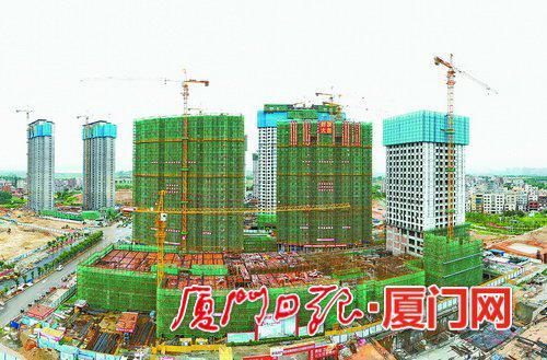 林前综合体首栋主楼昨封顶。(本报记者 王协云 摄)