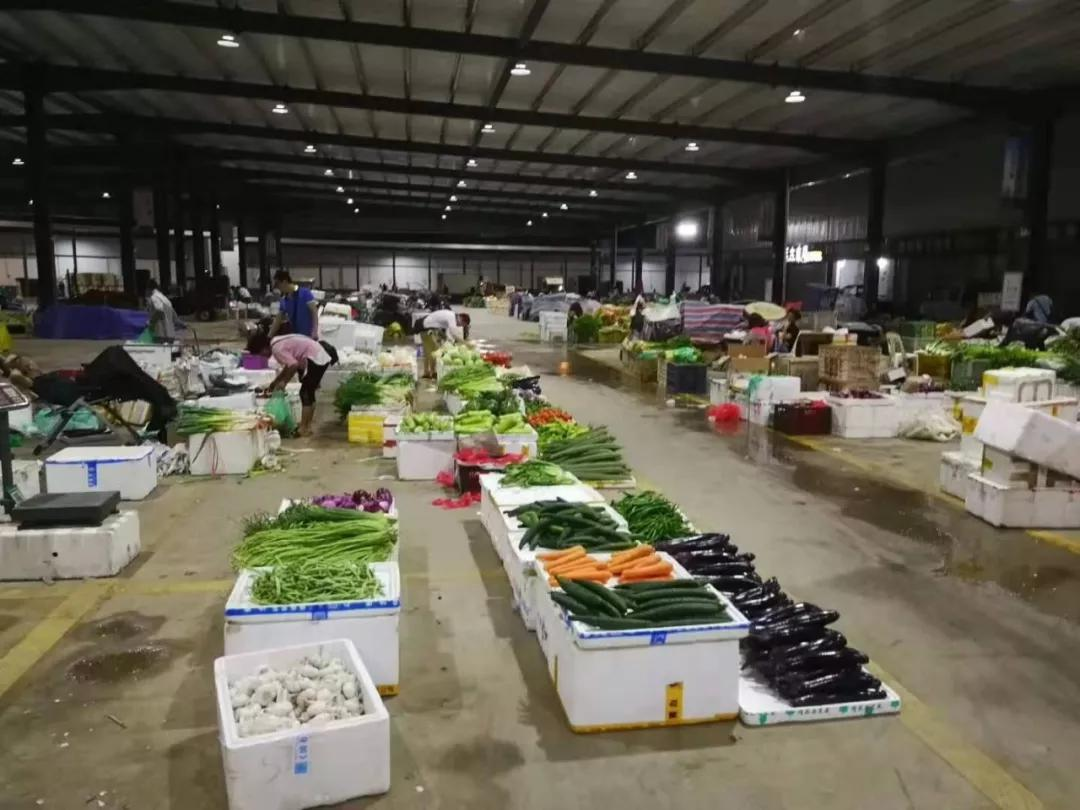 凌晨1点,农贸批发市场内菜农准备售卖蔬菜瓜果|杨燕摄