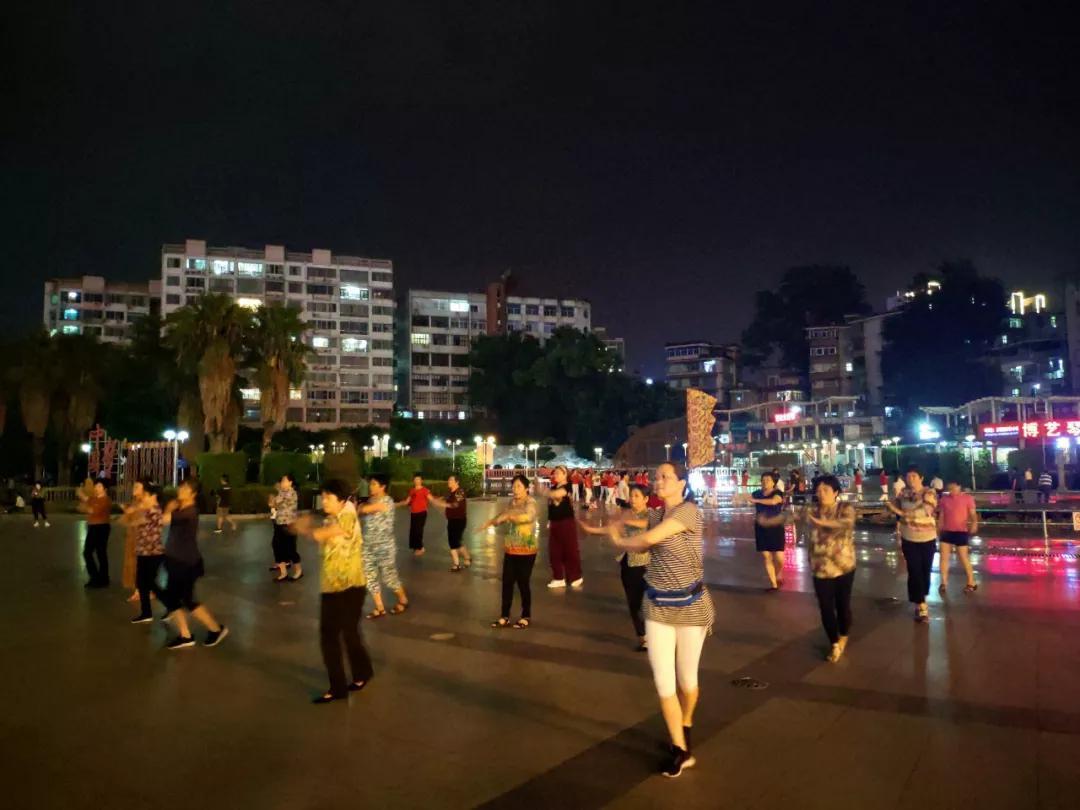 跳起广场舞|蓝明丰摄
