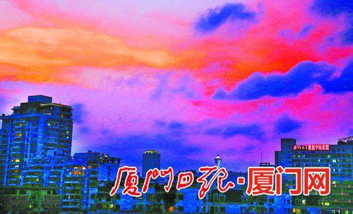 ▲昨天傍晚,市区天空中出现绚丽的晚霞。(本报记者 姚 凡 摄)