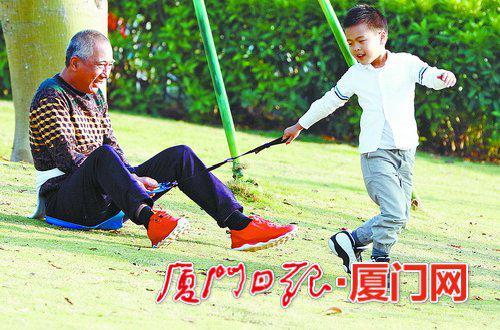 昨日,市民游客沉浸在节日的喜庆气氛里,在海沧儿童公园,大人小孩开心游玩。