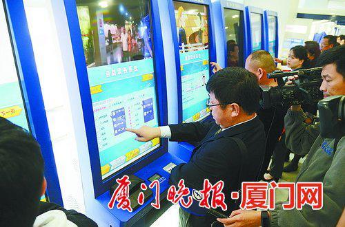 ■申办人员自助填表。 刘东华 摄