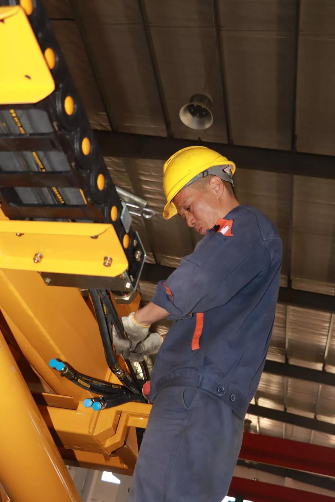 福建侨龙应急装备有限公司,工人正在生产作业|连灼森 摄