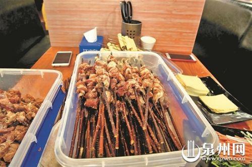  炙青春烧烤店串肉的木签疑似重复使用