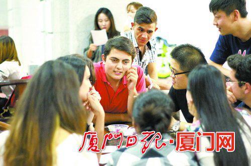 厦大国际学院的中国学生与厦大海外教育学院的外国学生交流。