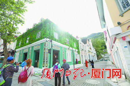 白鹿镇的建筑由丰富多彩的颜色组成。