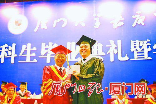 和院长分享毕业喜悦。(朱鲜艳 摄)