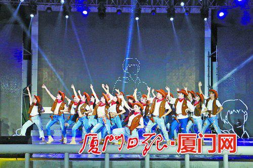 同学们在毕业晚会上表演。(刘可鑫 摄)