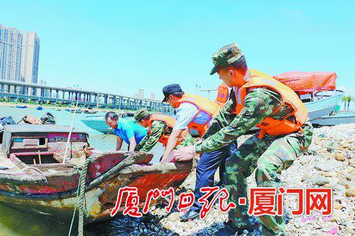 台风逼近,官兵帮助加固船只、渔排。(厦门边防供图)