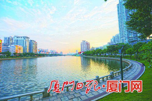筼筜湖畔,落日余晖。(本报记者何炳进摄)