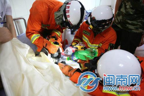 消防战士在破拆时洒水降温(来源:漳州消防)