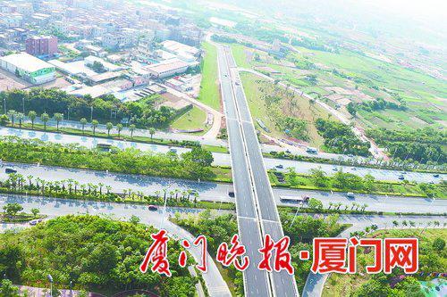 ■区府路跨线桥上跨翔安大道。