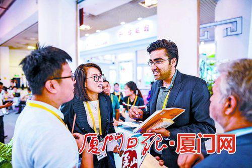 在投洽会上,中外展商探讨合作。(厦门日报社全媒体记者 林铭鸿 摄)