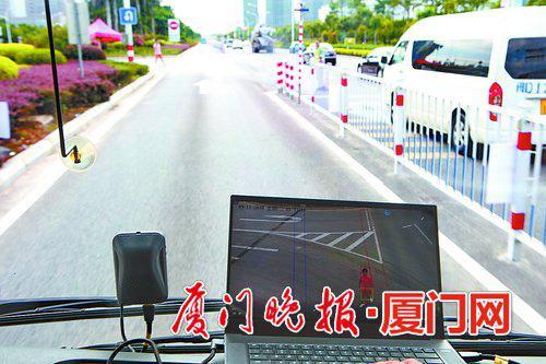 ■系统监控到前方有人时,车辆会自动停下。