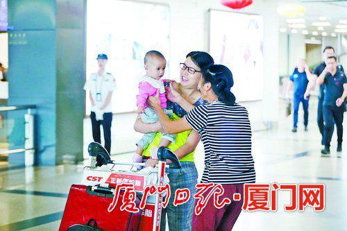 在机场小别重聚的家人。(厦门日报记者 何炳进 摄)